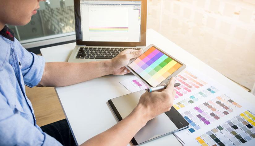 graphic-designer-choosing-colours